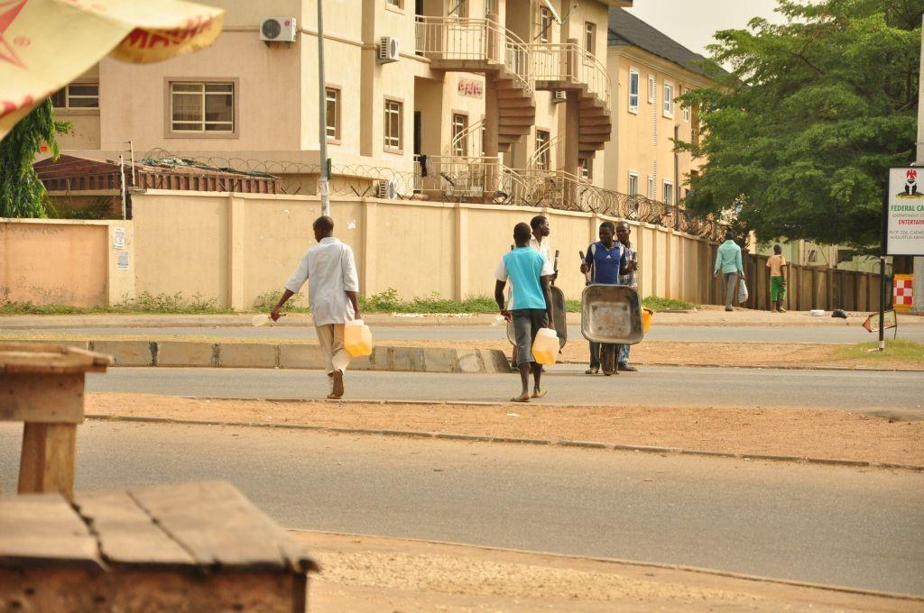 Vendeurs d'essence au marché noir à Abuja