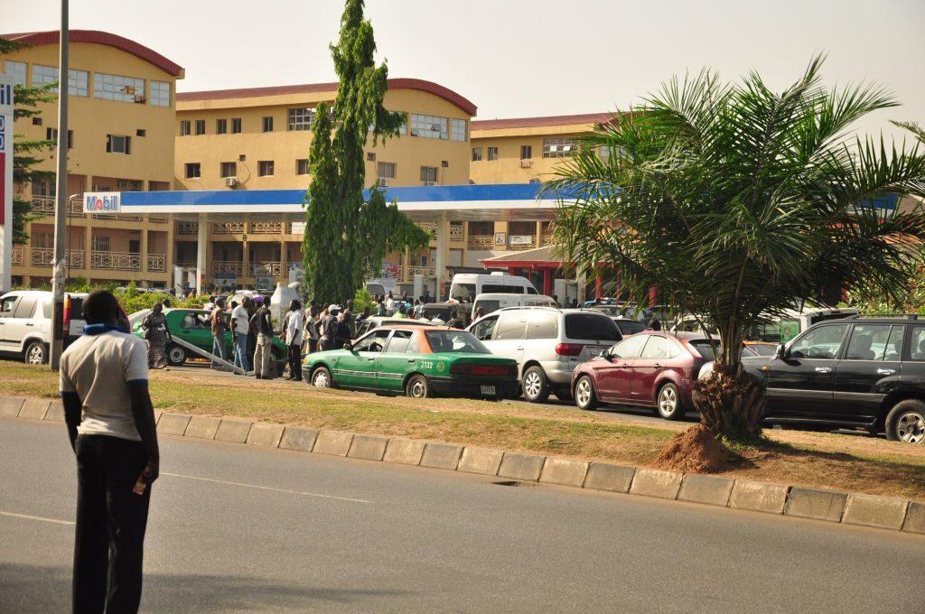 Des usagers devant une station d'essence à Abuja