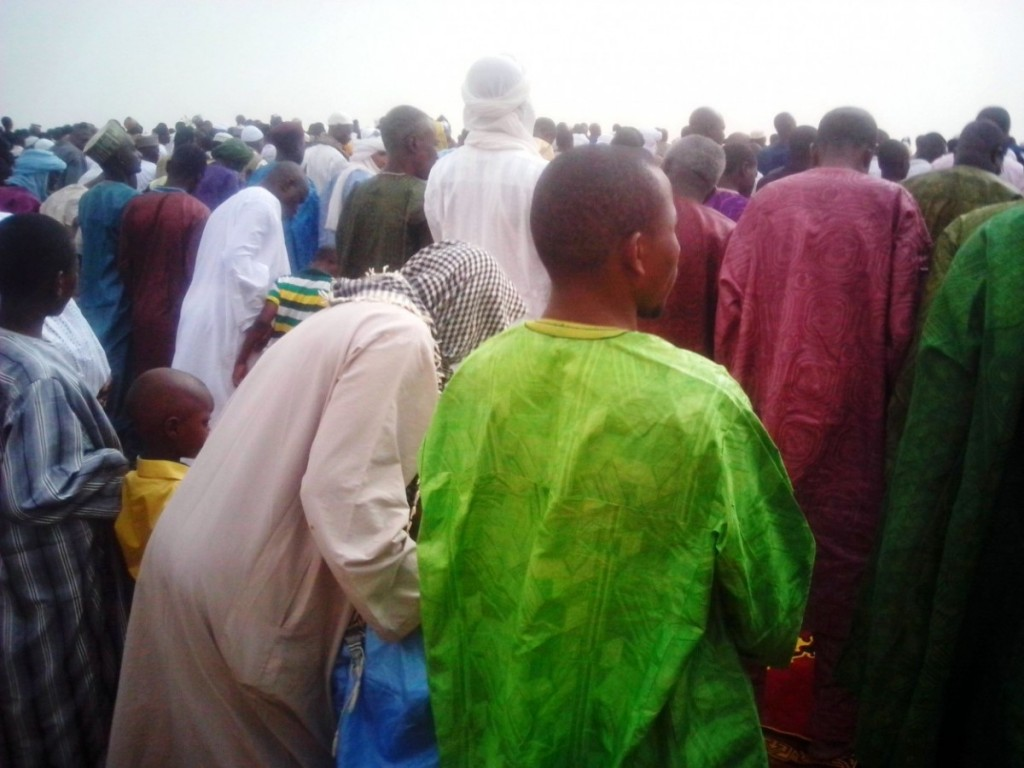 Des fidèles musulmane s à la grange prierre de Tahoua